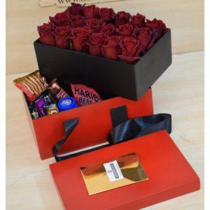 باکس سورپرایزی با رز و شکلات و پک آرایشی